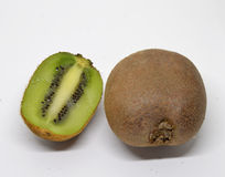 Het fruit van de kiwi dat op witte achtergrond wordt geïsoleerdd royalty-vrije stock fotografie