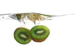 Het fruit van de kiwi het bespatten in water Royalty-vrije Stock Foto's