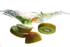 Het fruit van de kiwi het bespatten in water Stock Afbeelding