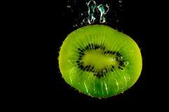 Het fruit van de kiwi in water Stock Afbeelding