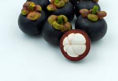 Het fruit van de mangostan dat op witte achtergrond wordt geïsoleerdd De mangostans is a Royalty-vrije Stock Afbeelding