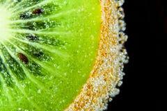 Het fruit van de plakkiwi onderwater met de macro van het bellenclose-up royalty-vrije stock afbeelding