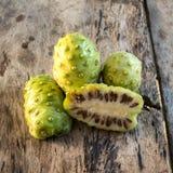 Het fruit van Noni Stock Foto's