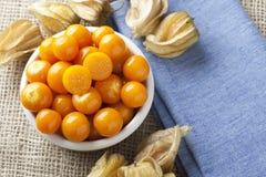 Het Fruit van Physalis in Kom Stock Foto's
