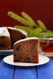 Het fruitcake van chocoladekerstmis en bontbrunch op blauwe lijst Stock Foto's