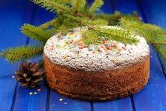 Het fruitcake van chocoladekerstmis met suikerglazuursuiker wordt behandeld, bontbru die Royalty-vrije Stock Afbeeldingen