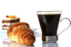 Het fruitcake van het dessert met zwarte koffie Royalty-vrije Stock Afbeeldingen