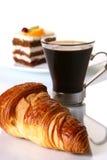 Het fruitcake van het dessert met zwarte koffie Stock Foto's