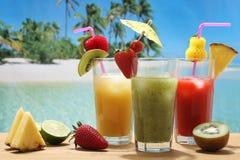 De cocktails van het fruit op het tropische strand stock afbeeldingen