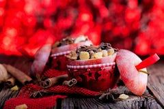 Het fruitdessert bakte rode die appelen met granola worden gevuld stock afbeelding