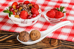 Het fruitdessert met aardbeien en shekoladnye het suikergoed op streven na Stock Foto's