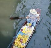Het fruitverkoper van de rivier, het drijven markt, Thais Bangkok, stock afbeelding