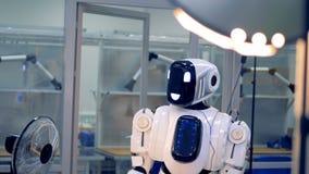 Het functioneren menselijk-als vermindert androïde zijn hand stock footage