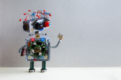 Het futuristische kapsel van de robot elektrodraad, stopwapen Het creatieve ontwerp robotachtige stuk speelgoed mechanisme, grapp Stock Afbeeldingen