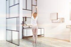 Het futuristische witte gestemde zijaanzicht van de badkamersgootsteen Stock Afbeelding