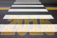 Het gaan tegen 2016 - voetgangersoversteekplaats met 2016 geschreven op het Royalty-vrije Stock Foto's