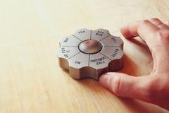 Het gadget van het besluitvormerbureau aan de woorden wordt geplaatst dat gaat voor het zaken en en besluit die - concept maken h Stock Afbeelding