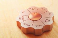 Het gadget van het besluitvormerbureau aan de woorden wordt geplaatst dat gaat voor het zaken en en besluit die - concept maken h Stock Afbeeldingen