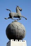 Het galopperende Paard die op het Vliegen betreden slikt Royalty-vrije Stock Fotografie
