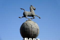 Het galopperende Paard die op het Vliegen betreden slikt Stock Foto