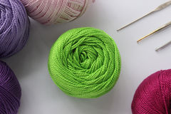 Het garen en de haken van Iris Knitting royalty-vrije stock foto's