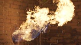 Het gas brandt voor het verwarmen van water in het watervoorzieningssysteem bij oliegasvelden stock footage