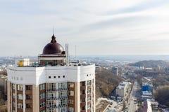 Het gasketelhuis met een schoorsteen op het dak van high-rise bouwt Royalty-vrije Stock Afbeelding