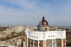 Het gasketelhuis met een schoorsteen op het dak van high-rise bouwt Royalty-vrije Stock Foto's