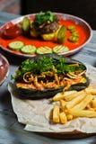 Het gastronomische assortiment van de vleesmaaltijd Zijaanzicht over restaurantlijst met menu van smakelijke Hotdog, de ribben va stock afbeeldingen
