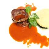 Het gastronomische voedsel, rundvlees met versiert royalty-vrije stock foto's