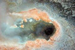 Het gat van de geiser met oranje sedimenten Royalty-vrije Stock Afbeeldingen