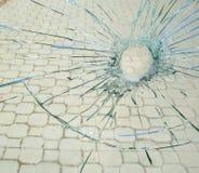 Het gat van de kogel in het gebroken glas Stock Foto's