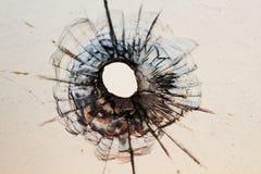 Het gat van de kogel in venster Stock Foto's