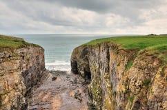 Het Gat van Raming, een kusteigenschap in Pembrokeshire. stock afbeelding