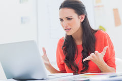 Het geërgerde ontwerper gesturing voor haar laptop Royalty-vrije Stock Afbeeldingen