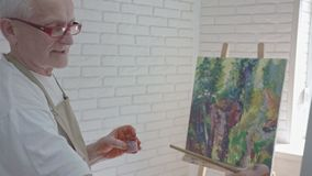 Het geïnspireerde beeld van de kunstenaarstekening in zijn studio stock footage