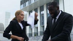 Het geïrriteerde dame chef- schreeuwen bij Afrikaans-Amerikaanse ondergeschikt, slaat hem, slowmo stock videobeelden