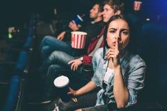 Het geïrriteerde meisje kijkt op camera en toont het stiltesymbool Zij wil aan stilte de persoon die lawaaierig is stock afbeelding