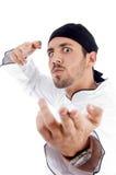 Het geïrriteerdej mannelijke chef-kok stellen met karate Royalty-vrije Stock Foto's