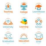 Het geïsoleerde abstracte kleurrijke onderwijs en leert embleemreeks, universiteits en schoolboeken, gediplomeerde hoeden en mens royalty-vrije illustratie