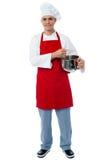 Het geïsoleerde jonge mannelijke chef-kok stellen Royalty-vrije Stock Foto's