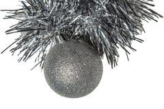 Het geïsoleerde stuk speelgoed van de Kerstmis zilveren boom met klatergoud op een witte achtergrond Royalty-vrije Stock Foto