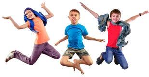 Het geïsoleerde volledige portret van de lengtegroep van lopende en springende kinderen stock fotografie