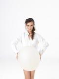 Het geïsoleerdeg gelukkige vrouw stellen met witte ballon Royalty-vrije Stock Foto