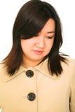 Het geïsoleerden Aziatische Meisje kijkt Beneden en Denkend Royalty-vrije Stock Afbeelding