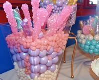 Het geassorteerde heerlijke en kleurrijke suikergoed behandelt stock afbeeldingen