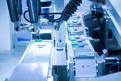 Het geautomatiseerde plukken robotachtig in assemblageproductielijn Royalty-vrije Stock Afbeelding