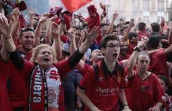 Het gebaar die van het voetbalventilators van Mallorca op een voetbalspel op het reuzescherm wijd letten royalty-vrije stock foto