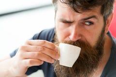Het gebaarde kerel ontspannen bij koffieterras Mens die een koffiepauze neemt Kerel het ontspannen met espresso Geniet van hete d stock afbeeldingen