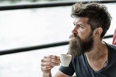 Het gebaarde kerel ontspannen bij koffieterras Kerel het ontspannen met espresso Mens die een koffiepauze neemt Hipster het drink stock afbeeldingen